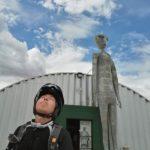 砂漠のど真ん中に7mの宇宙人「エイリアンリサーチセンター」(他)